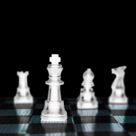 gamesmanship: el rey del ajedrez, el l�der del ej�rcito aisladas sobre fondo blanco,