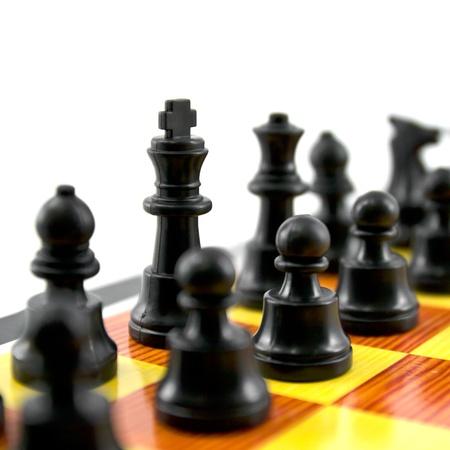 gamesmanship: el rey del ajedrez y el ej�rcito aisladas sobre fondo blanco, Foto de archivo