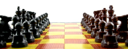 pensamiento estrategico: los combates entre el ejército de color marrón y negro en tablero de ajedrez
