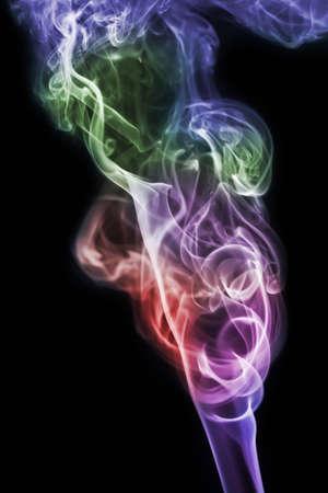 incienso: humo de colores aislados sobre fondo negro Foto de archivo