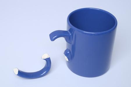 blue coffee mug with broken handle 免版税图像