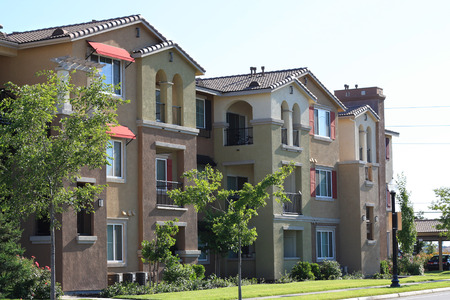 Modern apartment complex in suburban neighborhood Foto de archivo