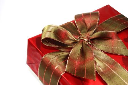 madre soltera: Hermosa caja de regalo de color rojo sobre fondo blanco Foto de archivo