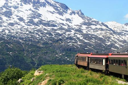 ferrocarril: Tren viejo viaja cerca del acantilado Foto de archivo