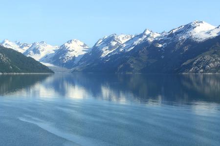 빙하 베이 알래스카의 아름다운 평화로운 물 스톡 콘텐츠