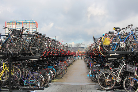 Bicycle parking in the center of Amsterdam. 新聞圖片