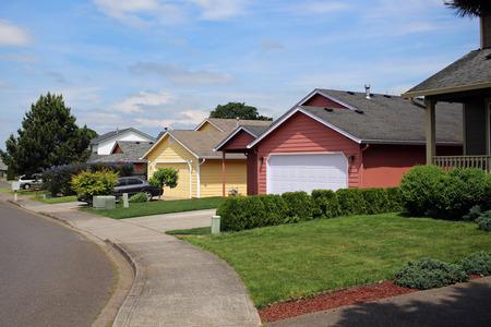 fila: Hilera de casas en barrio suburbano