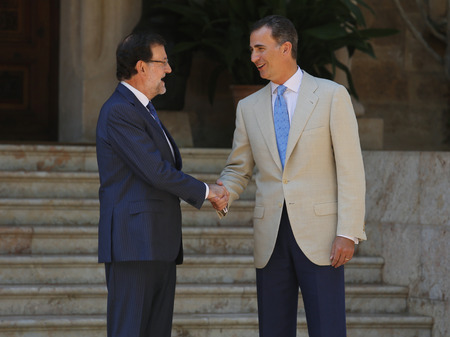 rajoy: Palma de Mallorca, Spain - August 8, 2014 - Spain?s Prime minister Mariano Rajoy (L) and King Felipe shake hands before a meeting Editorial