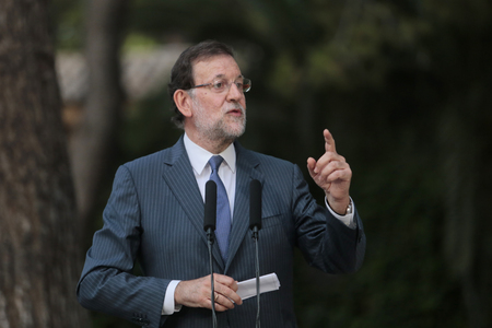 rajoy: Palma de Mallorca, Spain - August 7, 2015 - Spains prime Minister Mariano Rajoy gestures during a media comference in the island of Mallorca after summer meeting with king Felipe during the monarch summer holidays in the Spanish island. Editorial
