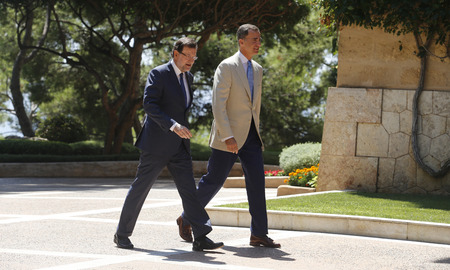 rajoy: Palma de Mallorca, Spain - August 8, 2014 - Spains King Felipe (R) and Prime minister Mariano Rajoy walk towards their office before their summer meeting at the Marivent Palace in the spanish island of Mallorca.
