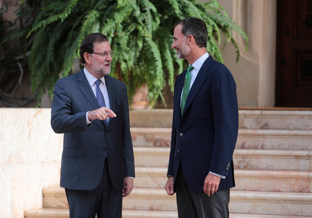 rajoy: Palma de Mallorca, Spain - August 7, 2015 - Spains King Felipe (R) and Prime minister Mariano Rajoy speak before their summer meeting at the Marivent Palace in the spanish island of Mallorca.