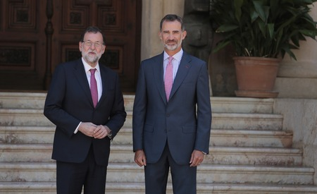 rajoy: Palma de Mallorca, Spain - August 7th, 2017 - Spains King Felipe (R) and Spanish Prime Minister Mariano Rajoy gesture before their traditional summer meeting at Marivent Palace in Palma, on the Spanish island of Mallorca. ZixiaAlamy news Editorial