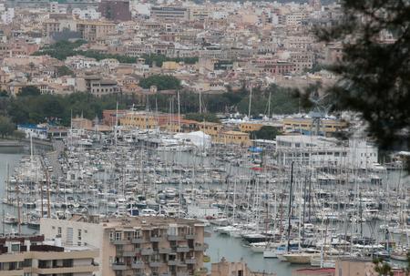 Palma de Majorque, Espagne - 25 avril 2018 - La ville de Palma de Majorque vue depuis la colline voisine de Bellver. Le gouvernement local évitera la location de logements touristiques dans la ville à partir de juillet.