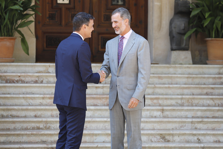 Palma de Mallorca / Spain - August 6, 2018 - Spains  King Felipe VI (R) and Prime Minister Pedro Sanchez gesture during their traditional summer meeting in Marivent palace gardens 新聞圖片