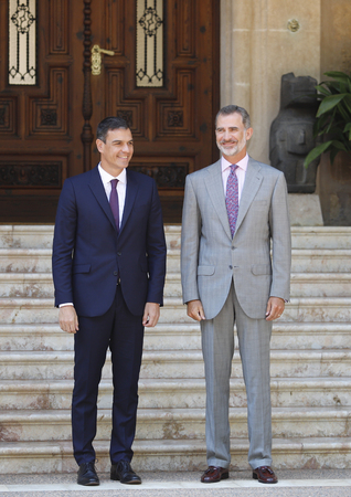 Palma de Mallorca  Spain - August 6, 2018 - Spain  King Felipe VI (R) and Prime Minister Pedro Sanchez gesture during their traditional summer meeting in Marivent palace gardens 新聞圖片