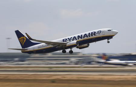 パルマ・デ・マヨルカ / スペイン - 2018年8月6日 - ライアンエア旅客機がパルマ・デ・マヨルカ空港を離陸