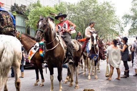 verdrag: New York, USA - augustus 9,2013 Het vieren van 400 jaar oude vredesverdrag culmineert in 47street tussen 1 ave en 2e ave Redactioneel