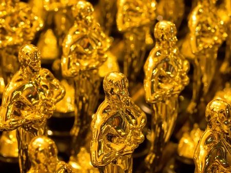 premios: matriz de estatuas de oro Foto de archivo