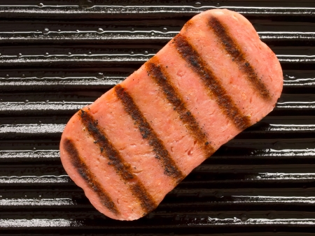 close up o spam on a grill Stockfoto