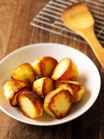 close up of a bowl of roasted potatoes Stockfoto