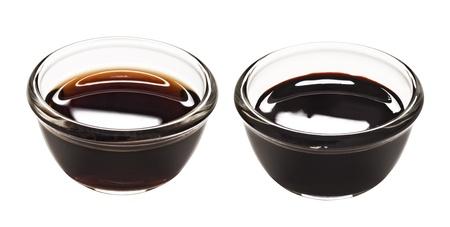 près de bols de sauce de soja obscurité et la lumière isolées