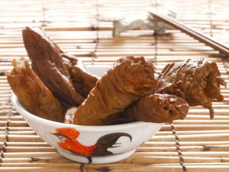 intestines: cerca de un plato de intestinos de cerdo estofadas