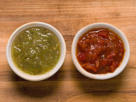 bailar salsa: close up de estilo r�stico salsa de tomate rojo y verde de la salsa verde Foto de archivo