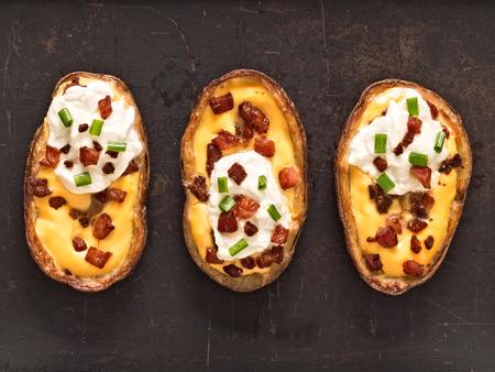 piel: close up de piel de patata al horno r�stico Foto de archivo