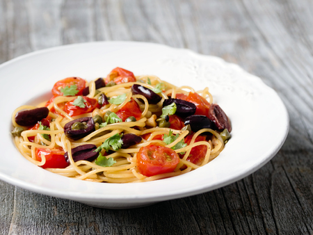 prostituta: de cerca de pasta de espaguetis puttanesca r�stico italiano Foto de archivo
