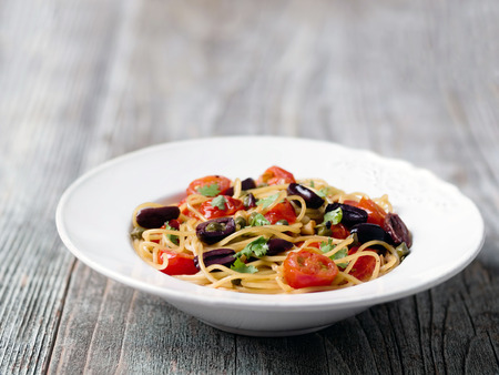 prostituta: de cerca de pasta de espaguetis puttanesca rústico italiano Foto de archivo