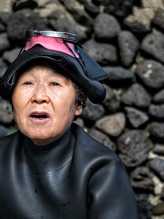 Jeju, Zuid-Korea - 3 november 2017: haenyeo traditionele vrouwelijke vissers van jeju-eiland. ze beschouwden een nationale schat. De meerderheid van de duikers is meer dan 50 jaar oud en de oudste is 80 jaar oud.