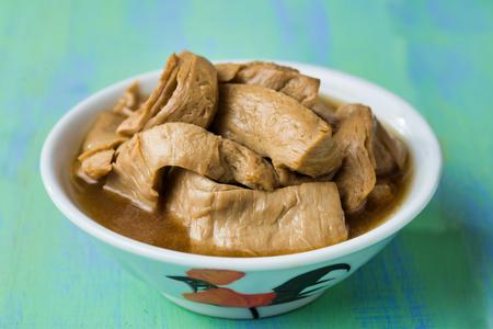 Nahaufnahme von asiatisch-vegetarischem geschmortem Hühnchen