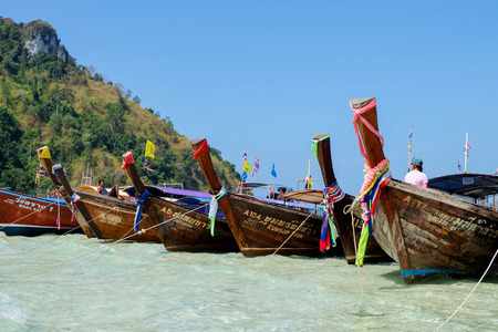 Long Tail Boats at Maya bay Phi Phi Leh island, Thailand 에디토리얼