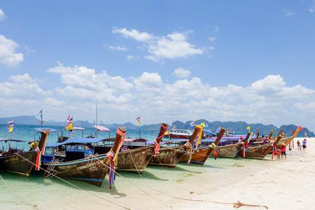 Long Tail Boats at Maya bay Phi Phi Leh island, Thailand Фото со стока - 33073869