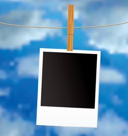 insertar: vectores en blanco foto en la cuerda con las nubes Vectores