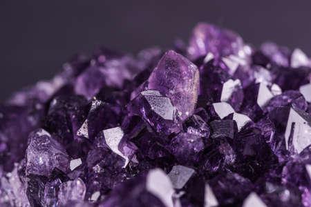 Amethist geode op zwarte achtergrond. Mooie natuurlijke kristallen edelsteen. Extreme close-up macro-opname. Stockfoto