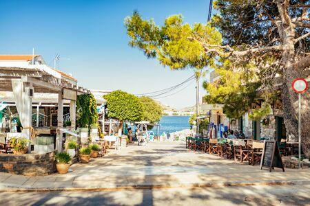 Straße im Dorf Plaka mit Berg im Hintergrund, Insel Kreta, Griechenland.