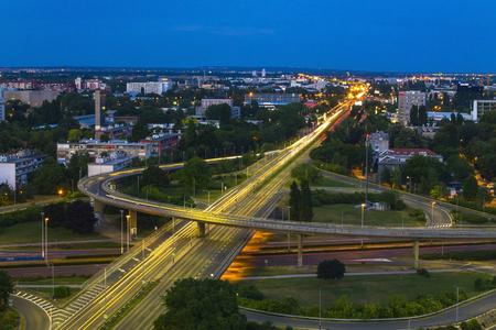 日没でザグレブの道路や建物のスカイライン 報道画像