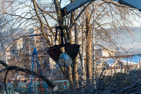 crane manipulator works in the winter. Cleaning trees in the city. Standard-Bild