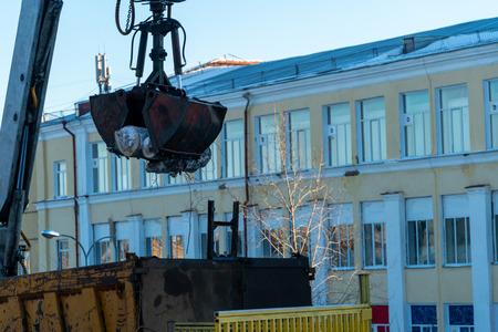 Baggermanipulator reinigt die Straßen der Stadt von Bäumen, die Stromleitungen störten