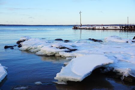 Winter coast on the Finnish gulf. Dock in the snow. Photo Stockfoto