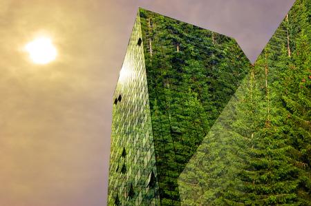 Groene energie in de stad: modern gebouw bedekt met bomen Stockfoto