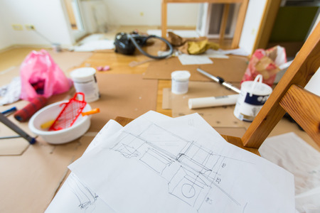 renovation de maison: Dessin de r�novation dans la salle compl�te d'outils de peinture Banque d'images