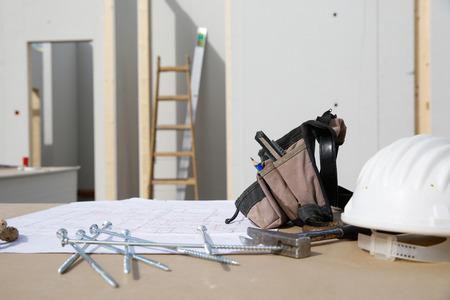 libel: Building equipment and building plan: helmet, hammer, worker
