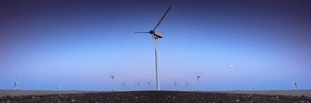 electricidad industrial: Parque eólico de la turbina con el cielo azul en la noche