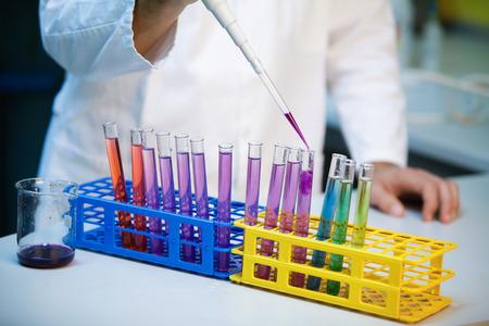 balanza de laboratorio: Demostraci�n de la escala de pH completa en tubos de ensayo en un laboratorio