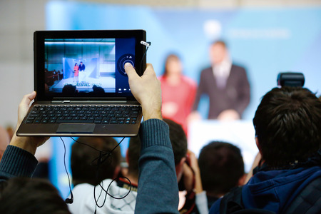 Los reporteros que toman la foto y captura de video durante la conferencia de prensa Foto de archivo - 35805663