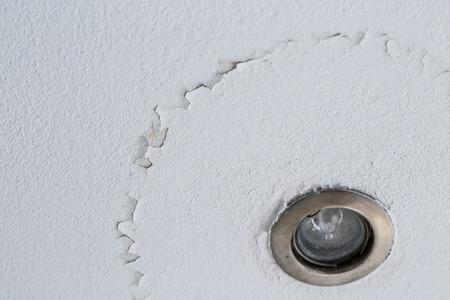 fissure: Un plafond fissuré avec couche de décollement dû à une fuite d'eau. La lumière LED.