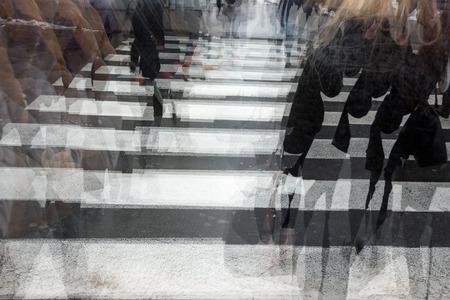 ebrio: Gente que cruza un camino, corriendo, movimiento borroso Foto de archivo