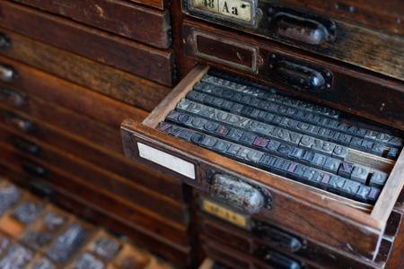 서랍에서 오래 된 빈티지 금속 인쇄기 편지 스톡 콘텐츠